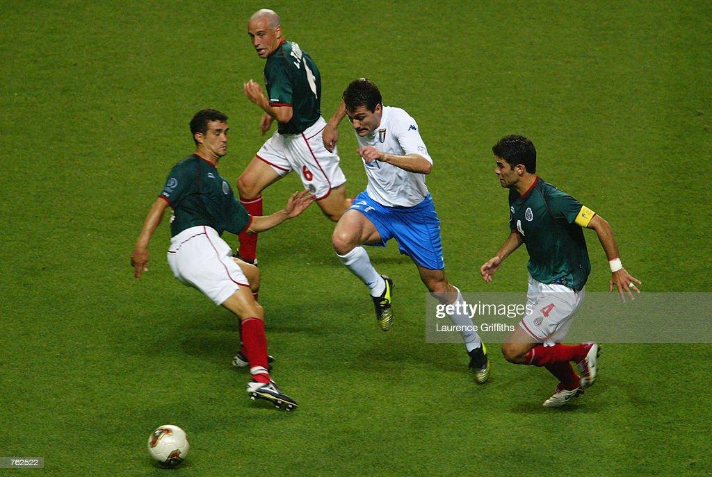 Christian Vieri of Italy and Manuel Vidrio, Rafael Marquez and Gerardo Torrado of Mexico : ニュース写真