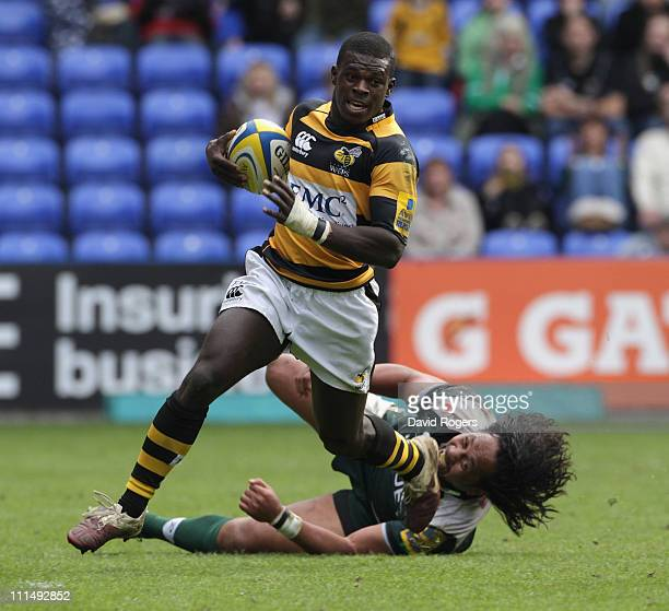 Christian Wade of Wasps moves away from Seilala Mapusua during the Aviva Premiership match between London Irish and London Wasps at the Madejski...