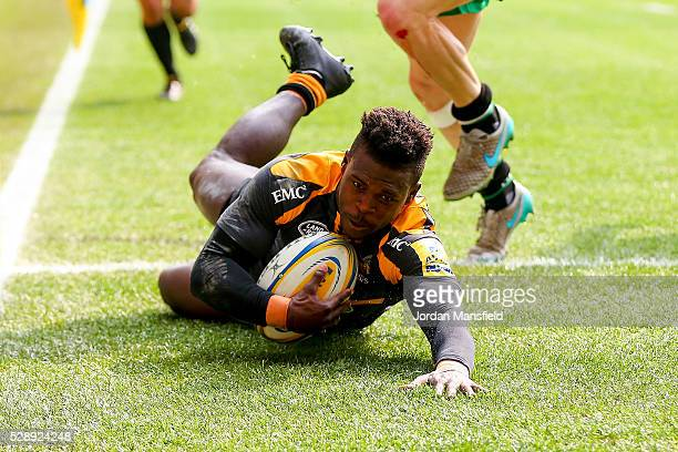 Christian Wade of Wasps touches down a try during the Aviva Premiership match between Wasps and London Irish at the Ricoh Arena on May 07, 2016 in...