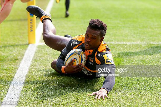 Christian Wade of Wasps touches down a try during the Aviva Premiership match between Wasps and London Irish at the Ricoh Arena on May 07 2016 in...
