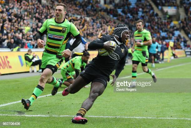 Christian Wade of Wasps touches down for the third try during the Aviva Premiership match between Wasps and Northampton Saints at The Ricoh Arena on...