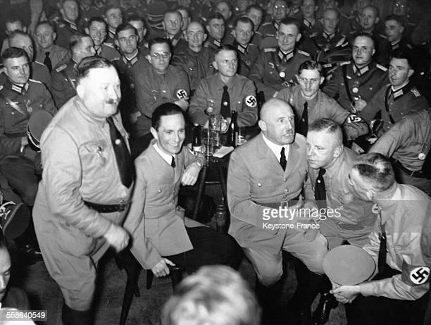 Christian Weber, Joseph Goebbels, Julius Streicher et Max Amann sont réunis avec d'autres membres du Parti nazi dans une brasserie munichoise le 9...