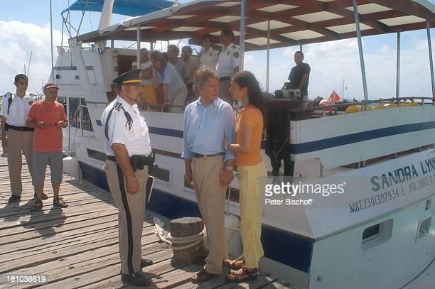 Christian Wolff Henriette RichterRöhl Polizist Dreharbeiten zum ZDFFilm Eine Mutter zum Geburtstag Puerto Morelos/Mexico/Golf von...