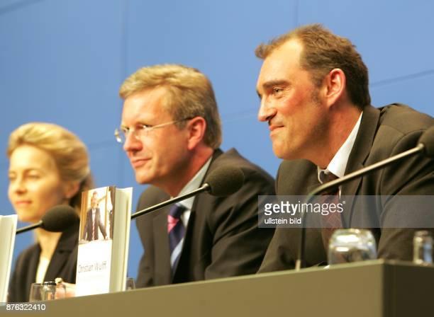 Christian Wulff Ministerpräsident Niedersachsen CDU D bei der Pressekonferenz im Bundespresseamt in Berlin zur Buchvorstellung Christian Wulff Der...