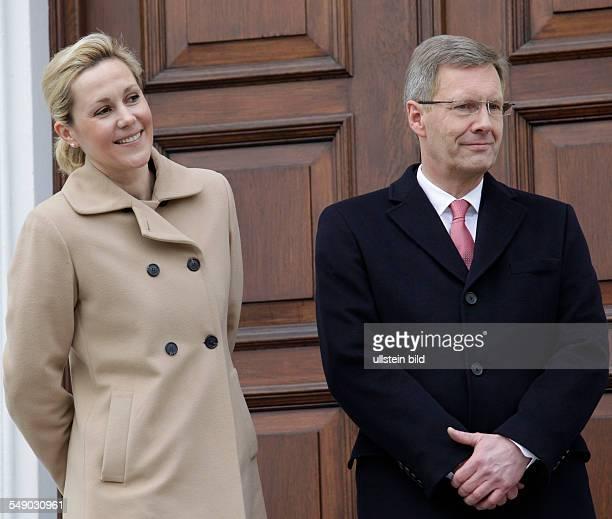 Christian Wulff und Ehefrau Bettina in Erwartung der Sternsinger aus dem Bistum Essen vor dem Schloss Bellevue in Berlin