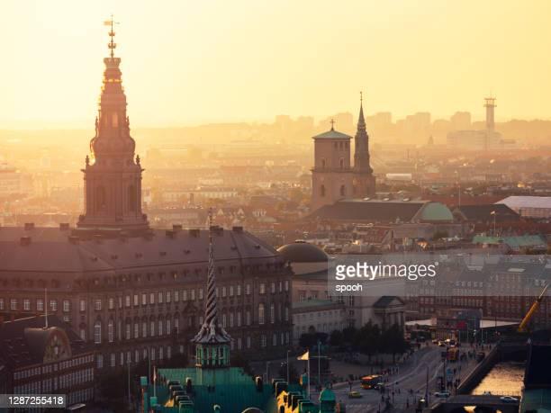 christianborgs slott, domkyrka, stadshuset och gamla börsen i köpenhamn. - köpenhamn bildbanksfoton och bilder