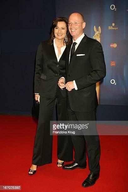 Christiane Hoffmann Und Begleitung Bei Der 57 Bambi Verleihung Im Internationalen Congress Centrum München Am 011205