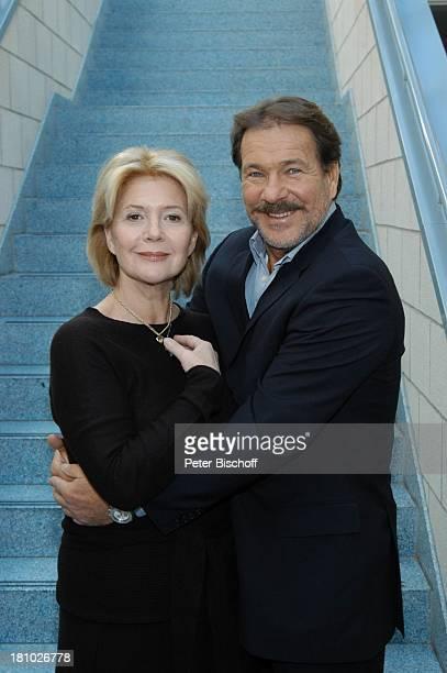 Christiane Hörbiger Götz George Pressekonferenz für ARDFilm Blatt und Blüte Hamburg Schauspielerin Schauspieler umarmen Promis Prominente Prominenter