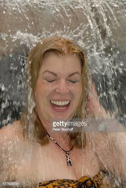 Christiane Krüger Hotel Severin Sea Lodge Mombasa Nordküste Kenia Afrika Pool Swimmingpool Wasserfall nasse Haare Kette Halskette Schmuck Urlaub...