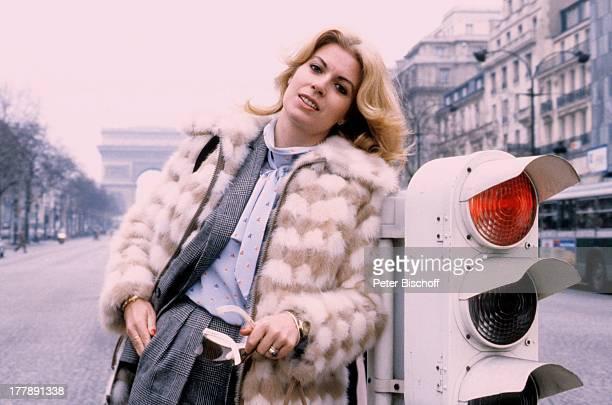 Christiane Krüger neben den Dreharbeiten zur Komödie Arsen Lupin ChampsElyseesStrasse Paris ëledeFrance Frankreich Europa Gaunerkomödie Stadtbummel...