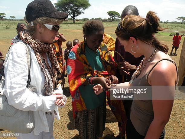 Christiane Krüger Nina Langer und Einheimische NaileluMassaiDorf außerhalb vom Tsavo West Nationalpark KitaniRegion zwischen Mombasa und Nairobi...
