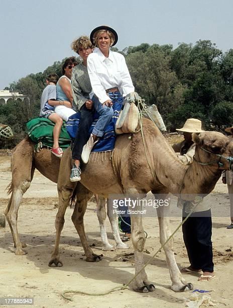 Christiane Krüger Sohn Tim Oliver KrügerBockelmann Touristen Tunesien Nordafrika Afrika Mutter KamelAusritt Tier reiten Urlaub Schauspielerin MW/LG