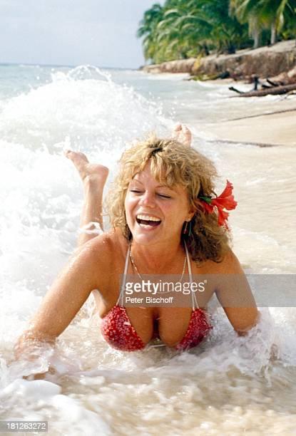 Christiane Rücker Dreharbeiten zur ZDFReihe 'Traumschiff' Folge 5 'Karibik' Mexico/Mittelamerika Blume Blume im Haar Dekollete Halskette Wasser...
