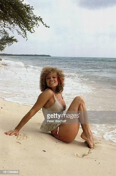 Christiane Rücker ZDFReihe Traumschiff Folge 5 Karibik/Grenada Karibik Urlaub Strand Meer sexy Blume Schauspielerin Promis Prominente Prominenter