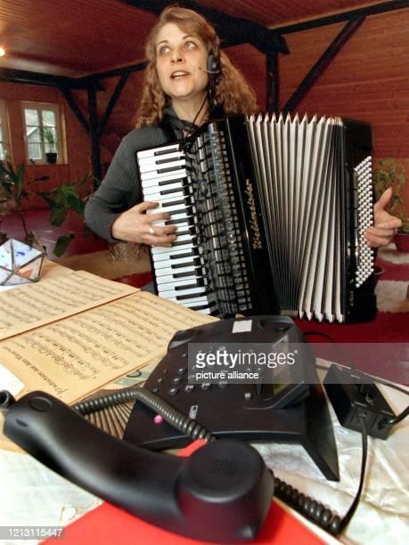 Christiane Stelter musiziert am in ihrem Haus in Krumdiek im Kreis Oldenburg für ältere Menschen - per Telefon. Zwischen Heiligabend und Neujahr will...