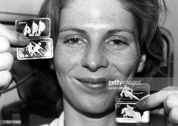 Christiane Weber MannschaftsOlympiasiegerin 1984 im Florettfechten stellt am in Frankfurt am Main die ersten SporthilfeBarren der Presse vor Eine...
