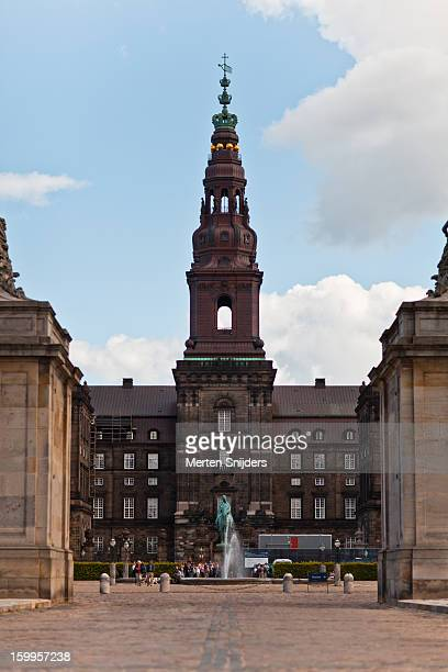 christiansborg courtyard and tower - merten snijders photos et images de collection