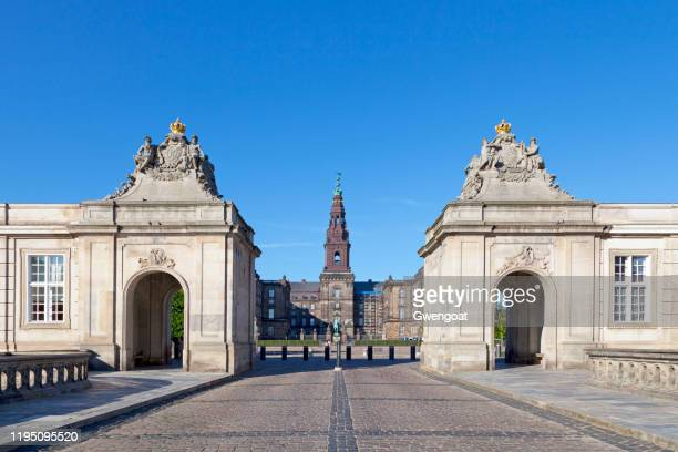 christiansborg palace in copenhagen - christiansborg palace stock pictures, royalty-free photos & images