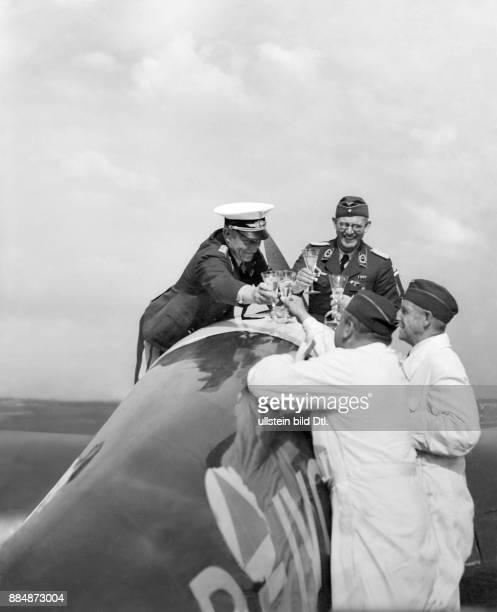 Christiansen Friedrich Generalmajor D nach dem Deutschlandflug stoesst mit Regierungsrat Klueter Ministerialrat Arndt und Ministerialdirigent...