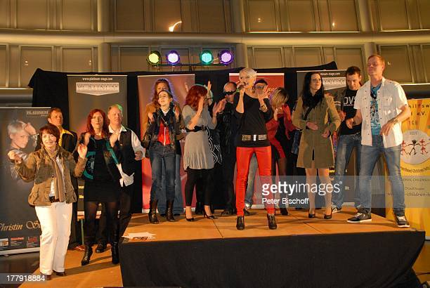"""Christin Stark , Teilnehmer Gesangs-Casting , Einkaufs-Center """"Waterfront"""", Bremen, Deutschland, Europa, Bühne, Auftritt, Mikro, singen, klatschen,..."""