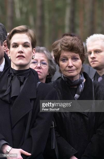 Christina Antonia Palastanga/Garnier Catherine von Schell Beerdigung von Hildegard Knef Waldfriedhof Berlin Deutschland EuropaZehlendorf Beisetzung...