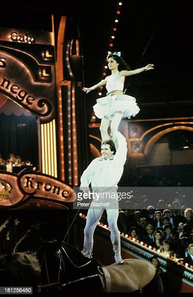 Christina Plate Alexis Gruss Publikum ZirkusPferde ARDBenefizGala Stars in der Manege München Circus Krone VoltigierNummer voltigieren Akrobatik auf...