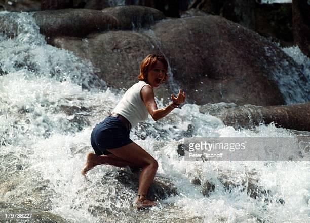 Christina Plate ZDFSerie Traumschiff Folge 32 Jamaica/GalapagosInseln Karibik Wasserfall Felsen Schauspielerin Promis Prominenter Prominente