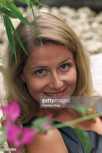 """Christina Rainer Präsentiert Neue Folgen Der Zdf Serie """"Samt & Seide In Hamburg Im Hotel Atlantic Am 090801"""