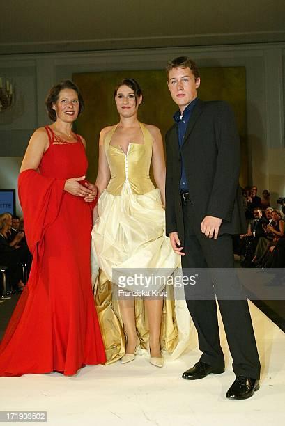 Christina Rau Mit Tochter Anna Bei Der Benefiz Modenschau Auf Schloss Bellevue Am 211003