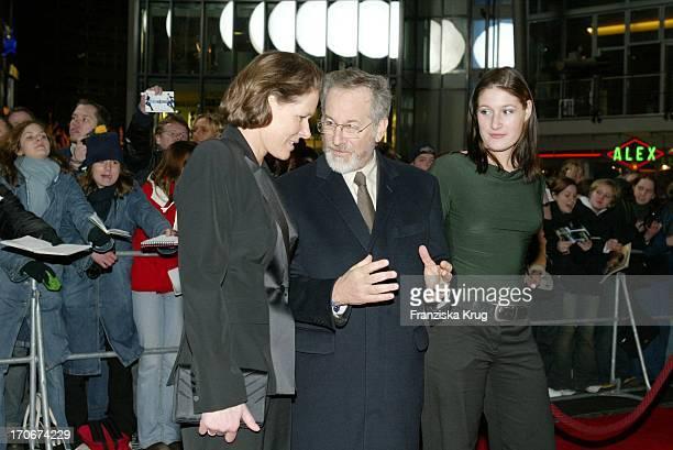 Christina Rau Mit Tochter Laura Und Regisseur Steven Spielberg Bei Deutschlandpremiere Von Catch Me If You Can In Berlin Am 260103
