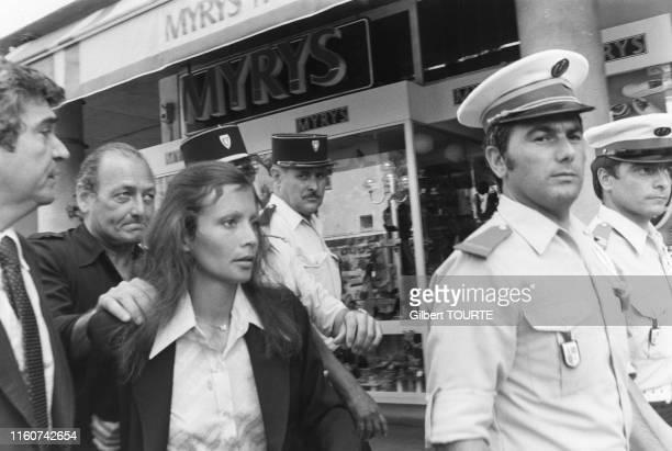 Christina von Opel entourée de policiers arrive au palis de justice de Draguignan le 5 juin 1979 France