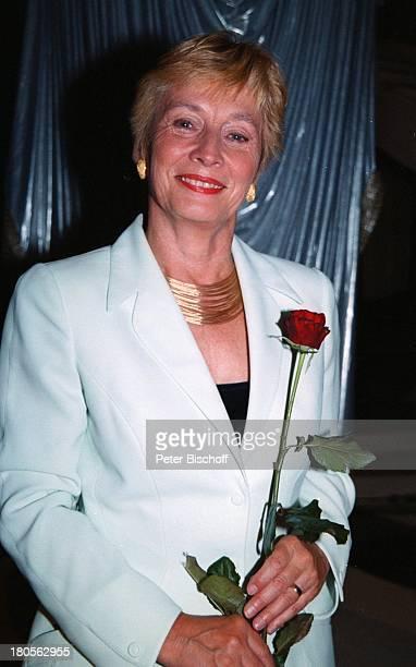 Christine Bergmann BundesministerinARDGala Mamma Mia Die Patrick LindnerGala zum Muttertag BR BavariaFilm/München Halle 9 rote Rose