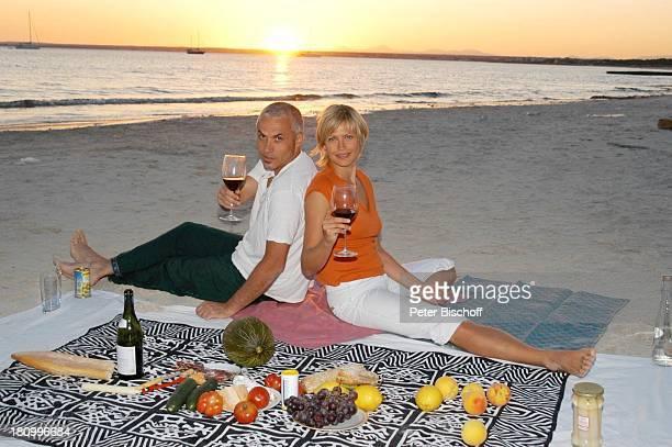 Christine Döring Lebensgefährte Gaspar Cano Es Trenc/Mallorca/Spanien Strand Sand Urlaub Decke Schauspieler Schauspielerin Flasche Meer Wasser...