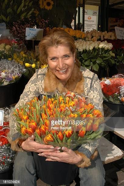 Christine Mayn, Tulpenstrauß, Tulpenstrauss, Tulpen, Blumenmarkt, Markt, Blume, Blumen, Urlaub, Bozen, Südtirol, Italien, Promis, Prominenter,...