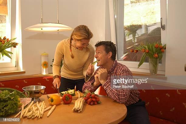 Christine Mayn und Ehemann Nick Wilder Homestory im Haus Küche Paprika Gemüse Urlaub Bozen Südtirol Italien Ehefrau Frau Mann Promis Prominenter...