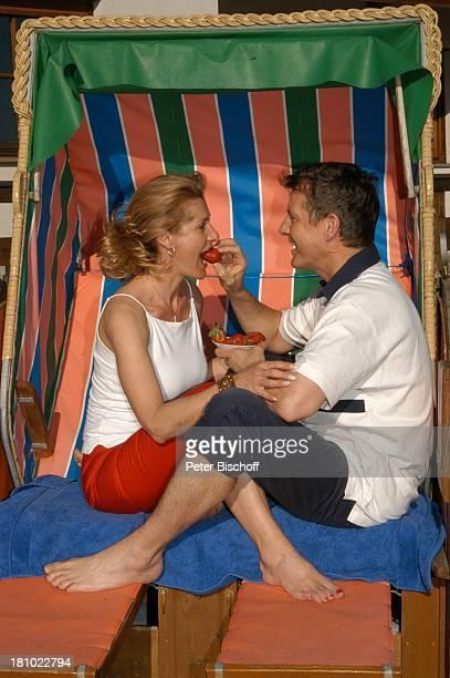 Christine Mayn und Ehemann Nick Wilder, Homestory, Strandkorb im Garten vor dem Haus, Erdbeeren essen, Urlaub, Bozen, Südtirol, Italien, verliebt,...