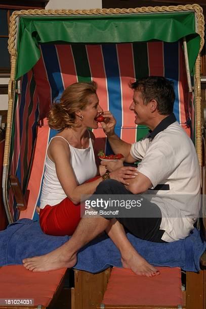 Christine Mayn und Ehemann Nick Wilder Homestory Strandkorb im Garten vor dem Haus Erdbeeren essen Urlaub Bozen Südtirol Italien verliebt Ehefrau...