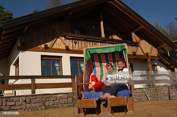 Christine Mayn und Ehemann Nick Wilder, Homestory, Strandkorb im Garten vor dem Haus, Weinglas, Weingläser, Wein, Weintrinken, Urlaub, Bozen,...