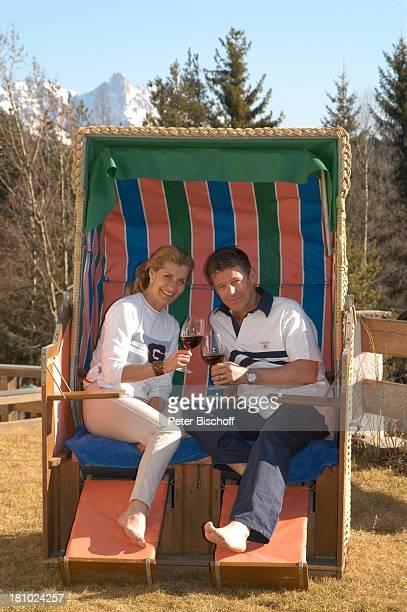 Christine Mayn und Ehemann Nick Wilder Homestory Strandkorb im Garten vor dem Haus Weintrinken Wein Weinglas Weingläser Urlaub Bozen Südtirol Italien...