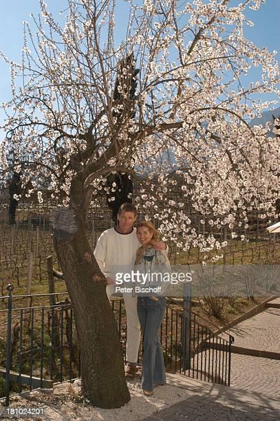 Christine Mayn und Ehemann Nick Wilder, Kirschbaum, Kirschblüte, Urlaub, Bozen, Südtirol, Italien, Ehefrau, Frau, Mann, Promis, Prominenter,...