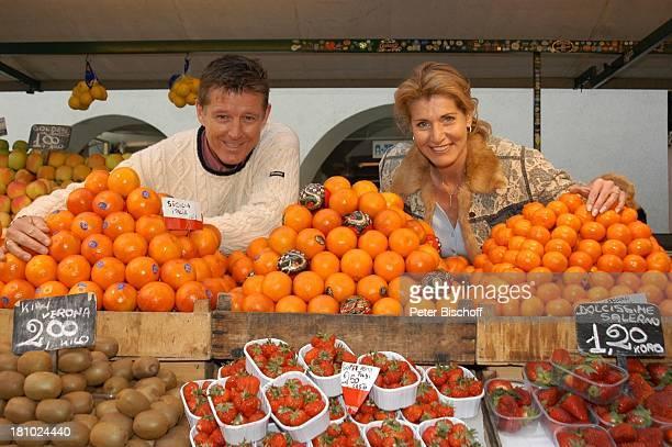 Christine Mayn und Ehemann Nick Wilder, Orangen, Erdbeeren, Kiwis, Obst, Obststand, Markt, Blume, Blumen, Urlaub, Bozen, Südtirol, Italien, Ehefrau,...