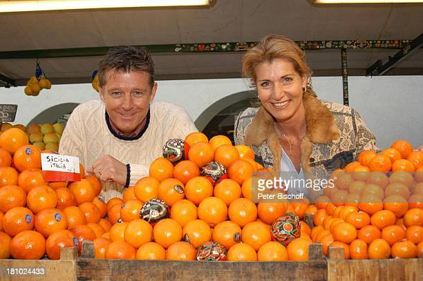 Christine Mayn und Ehemann Nick Wilder, Orangen, Obst, Obststand, Markt, Blume, Blumen, Urlaub, Bozen, Südtirol, Italien, Ehefrau, Frau, Mann,...