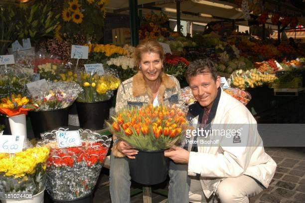Christine Mayn und Ehemann Nick Wilder Tulpenstrauß Tulpenstrauss Tulpen Blumenmarkt Markt Blume Blumen Urlaub Bozen Südtirol Italien verliebt...