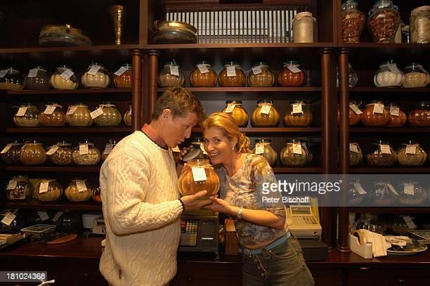 Christine Mayn und Ehemann Nick Wilder, Weinladen, Gewürze, Bozen, Südtirol, Italien, Ehefrau, Frau, Mann, Promis, Prominenter, Prominente, ,