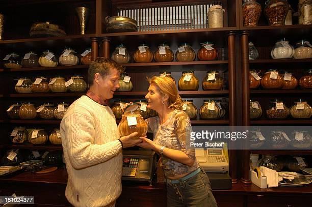Christine Mayn und Ehemann Nick Wilder Weinladen Gewürze Bozen Südtirol Italien Ehefrau Frau Mann Promis Prominenter Prominente