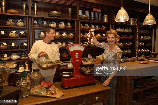 Christine Mayn und Ehemann Nick Wilder Weinladen Gewürze Waage Knoblauch Bozen Südtirol Italien Ehefrau Frau Mann Promis Prominenter Prominente