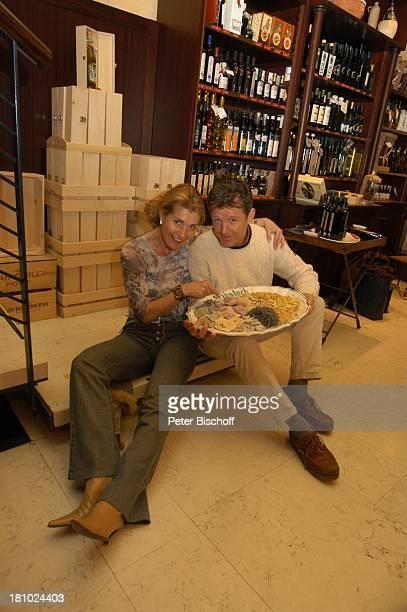 Christine Mayn und Ehemann Nick Wilder Weinladen Wein Weine Weinflaschen Nudeln Bozen Südtirol Italien Ehefrau Frau Mann Promis Prominenter Prominente