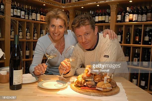 Christine Mayn und Ehemann Nick Wilder Weinladen Wein Weine Weingläser Weinglas Weinflaschen Weisswein Wurstbrötchen Bozen Südtirol Italien Ehefrau...