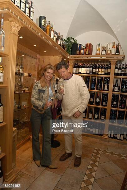 Christine Mayn und Ehemann Nick Wilder, Weinladen, Weinkeller, Wein, Weine, Weingläser, Weinglas, Weinflaschen, Weisswein, Bozen, Südtirol, Italien,...