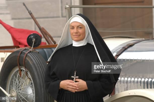 Christine Neubauer ARDZweiteiler 'Gottes mächtige Dienerin' Residenz München Deuschland Europa Nonne Kreuz Verkleidung Oldtimer Auto Schauspielerin...